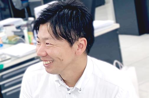 会社で笑っている横道さんの写真