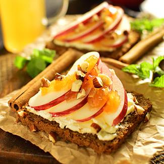 アップルシナモンとチーズのオープンサンド